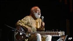 Musisi India dan maerstro Sitar Pandit Ravi Shankar (92 tahun) saat beraksi dalam sebuah konser di Bangalore, India, awal Februari 2012 (Foto: dok). Shankar, ayah penyanyi Amerika Norah Jones ini tutup usia di Kalifornia, Selasa (11/12).