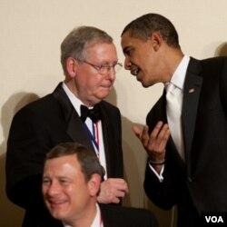 Presiden Obama berbicara dengan Ketua Fraksi Republik dalam Senat, Senator Mitch McConnell.