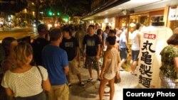 Một tối ghé ăn udon trên đường Kuhio với hàng dài khách rồng rắn trước tiệm, chờ cũng hơn nửa giờ mới vào được.