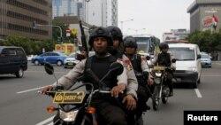 印尼警察在雅加达爆炸现场附近巡逻。 (2016年1月15日)