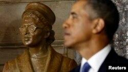 El presidente Barack Obama rinde tributo a Rosa Parks en el Congreso.