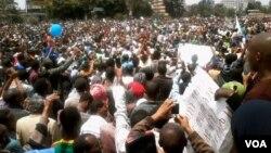 2013年6月2日成千上万的埃塞俄比亚人参加在亚的斯亚贝巴举行的反政府示威活动(美国之音沃夫尔拍摄)。