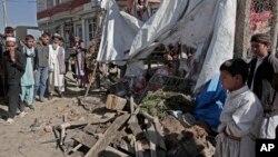 27일, 아프가니스탄인들이 도로변 폭탄 테러가 일어난 현장을 구경하고 있다.
