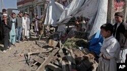 Olupina autobusa pogodjenim bombom pored puta u jednom selu nadomak Kabula, 27. oktobar 2013.
