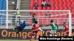 Le gardien de but du Burkina Faso Moussa Germain Sanou arrête un but lors d'un match en Guinée Équatorial, le 21 janvier 2015.