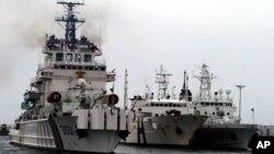 지난2006년 한국 국립해양조사원 소속 연구원 20명을 태운 선박(가운데)이 부산 항구에서 독도(일본명 다케시마) 주변 해양 조사를 위해 떠나기 전 해경선 사이에 정박해 있다.