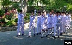 Para anggota Paskibra Washington berbaris menuju tempat pengibaran bendera.