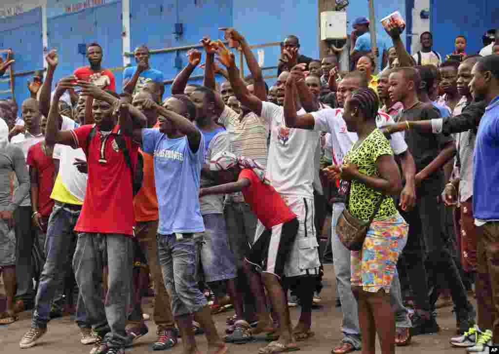Moradores de uma área próxima de West Point, o centro do ébola, protestam por não conseguirem chegar às suas casas, depois das forças de segurança liberianas terem bloqueado as estradas. Monróvia, Libéria, Ago. 20, 2014.