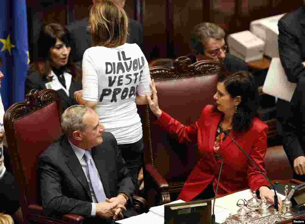 Chủ tịch Hạ viện Laura Boldrini (phải) xem xét áo thun ngắn tay của cô Alessandria Mussolini (giữa), đảng viên đảng PDL (Đảng Dân tộc Tự do) trong ngày thứ hai của cuộc bầu cử chủ tịch tại Hạ viện ở Rome, Ý.
