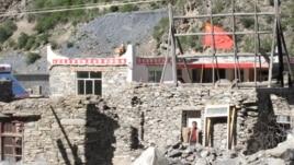 中国四川省阿坝藏区的藏族住宅上有五星红旗(美国之音张楠拍摄)