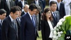 Thủ tướng Nhật Shinzo Abe (trung tâm) viếng đài tưởng niệm chiến tranh ở Hawaii, ngày 26/12/2016, tại Honolulu.