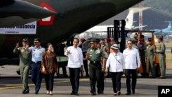 印尼总统佐科·维多多与印尼武装部队总司令加托·努尔曼蒂约在雅加达检查给罗兴亚人提供的援助物资。(2017年9月13日)