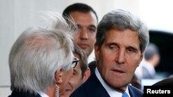 ABD Dışişleri Bakanı John Kerry Cenevre'de Rusya Dışişleri Bakanı Sergei Lavrov ile görüşmek üzere otelinden ayrılırken