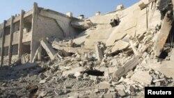 1일 시리아 수도 다마스쿠스 부근 다라야의 시리아 공군의 공격을 받고 붕괴된 건물.
