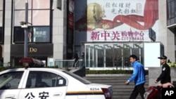 一名便衣和穿制服的警察在监视守望教会教徒活动(资料照片)