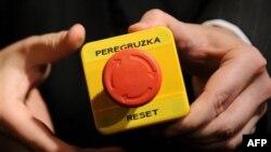 Макет кнопки «перезагрузка», которую Хиллари Клинтон передала Сергею Лаврову