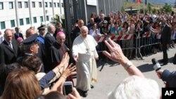 El papa Francisco saluda a una multitud de feligreses tras visitar la cárcel de Castrovillari, en Calabria.