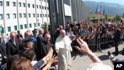 教宗方济各走访了帕尔玛索拉监狱后离开,教徒们向他致敬