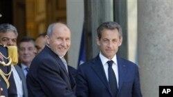 ປະທານາທິບໍດີຝລັ່ງທ່ານ Nicolas Sarkozy ພົບປະກັບ ຫົວໜ້າ ກະບົດລີເບຍ ທ່ານ Mustafa Abdel Jalil ທີ່ປາຣີ ເມືອວັນທີ່ 20 ເດືອນນີ້