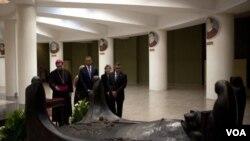 Durante el último día de su visita, el presidente Obama, acompañado por el preisdente Funes de El Salvador, visitó la tumba de monseñor Romero.