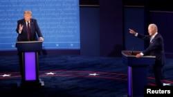 Predsjednik SAD Donald Trump i demokratski predsjednički kandidat Joe Biden učestvuju u prvoj debati u Clevelandu, 29. septembar 2020. (Foto: REUTERS/Brian Snyder)
