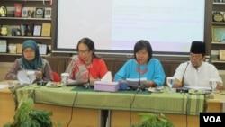 Komisi Nasional Anti Kekerasan terhadap Perempuan (Komnas Perempuan) meluncurkan buku laporan pemantauan dampak hukuman mati terhadap buruh migran perempuan dan keluarganya hari Kamis, 22/12. (VOA/Fathiyah Wardah)
