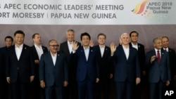 មេដឹកនាំនានាថតរូបនៅក្នុងកិច្ចប្រជុំមេដឹកនាំសេដ្ឋកិច្ច APEC នៅក្នុងក្រុង Port Moresby ប្រទេស Papua New Guinea កាលពីថ្ងៃទី១៨ ខែវិច្ឆិកា ឆ្នាំ២០១៨។