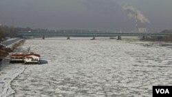 "Sungai Vistula di ibukota Polandia, Warsawa menjadi ""beku"" akibat cuaca dingin yang parah di sebagian besar Eropa Timur dan Tengah."