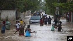 Bão Isaac quét trên toàn miền nam sáng sớm thứ Bảy ở bán đảo Haiti, dập tắt một thành phố vốn dễ bị lụt lội và thêm vào những đau khổ của một quốc gia nghèo vẫn đang cố gắng phục hồi từ trận động đất năm 2010