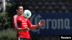 Héctor Herrera domina el balón durante un entrenamiento antes del festejo por ganar el Concacaf.