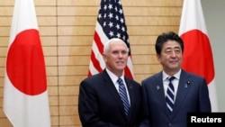 លោក Mike Pence ចាប់ដៃជាមួយនឹងលោក Shinzo Abe នៅផ្ទះនាយករដ្ឋមន្ត្រី ក្នុងក្រុងតូក្យូ កាលពីថ្ងៃទី១៣ ខែវិច្ឆិកា ឆ្នាំ២០១៨។