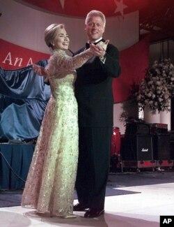 Hillary Clinton in Oscar de la Renta.