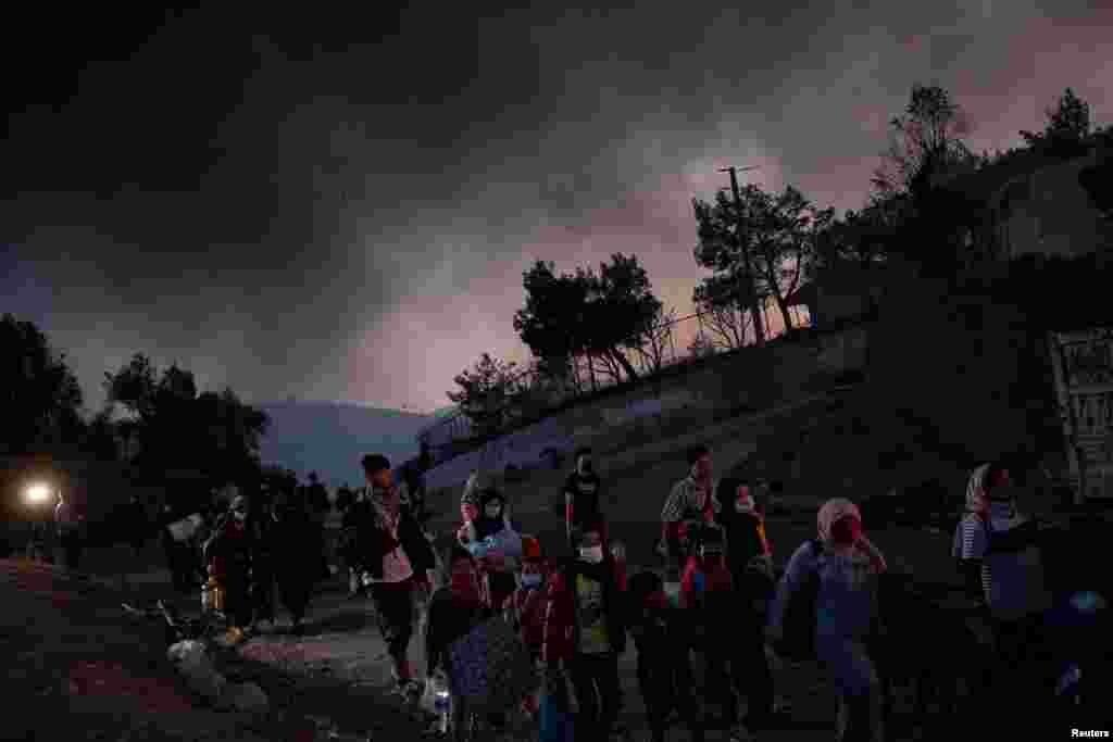 آتش زدگی نے کمیپ میں موجود پناہ گزینوں کے خیمے جلا کر راکھ کر دیے اور انہیں اپنا بچا کچا سامان اٹھا کر کیمپ سے نکلنا پڑا۔