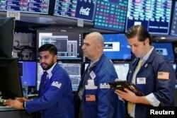 지난 26일 미국 뉴욕의 증권거래소에서 직원들이 업무를 보고 있다.
