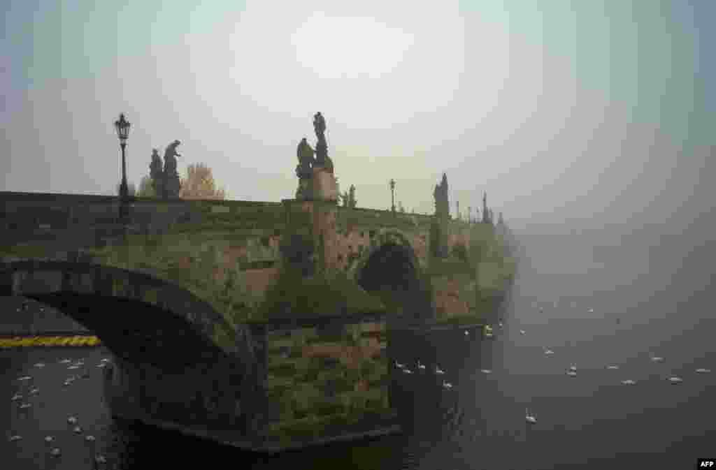 Jembatan Charles pada suatu pagi hari yang berkabut di Praha, Republik Ceko.