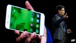 CEO Huawei Technologies Co. Richard Yu (kanan) memperkenalkan ponsel terbaru Huawei P10 Plus dalam pameran di Barcelona, Spanyol, Senin (26/2).