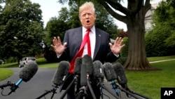 2018年5月23日,在前往紐約之前,美國總統川普在微風中在白宮南草坪對記者講話。