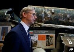 آقای هوک به تجهیزات ارسالی ایران به یمن، عراق و افغانستان اشاره کرد.