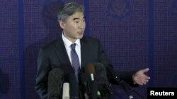 미국의 6자회담 수석대표인 성 김 미 국무부 대북정책특별대표가 21일 베이징에서 중국의 6자회담 수석대표인 우다웨이 중국 외교부 한반도사무특별대표와 회동 후 기자회견을 하고 있다.