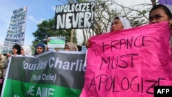 Filipino Muslim students, religious and community leaders stage a protest against the French satirical magazine Charlie Hebdo in Marawi City, southern Philippines, Jan. 14, 2015. (AFP PHOTO / MARK NAVALES)