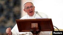 2013年5月18日教皇弗朗西斯在圣彼得广场祈祷
