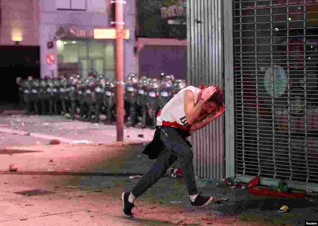 មន្រ្តីប៉ូលិសបង្រ្កាបបាតុកម្មប៉ះទង្គិចគ្នាជាមួយក្រុមអ្នកគាំទ្រក្លឹបបាល់ទាត់ River Plate នៅក្រុងប៊ុយណូស៊ែ បន្ទាប់ពីក្លឹបបាល់ទាត់នេះបានយកឈ្នះក្លឹបបាល់ទាត់ Boca Juniors នៅការប្រកួតដណ្តើមពានរង្វាន់ Copa Libertadores នៅកីឡាដ្ឋាន Santiago Bernabeu ក្នុងក្រុងម៉ាឌ្រីដ ប្រទេសអេស្ប៉ាញ។