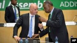 Gianni Infantino parle avec Issa Hayatou, à droite, lors de l'élection du président de la Confédération africaine du football (CAF), à Addis Ababa, le 16 mars 2017.