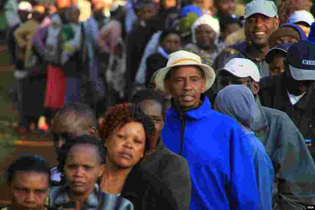 """Watu waliripoti kusimama katika mistari kwa saa kadha kabla ya kupiga kura huko Gatundu, Kenya, March 4, 2013."""" (J. Craigs/VOA)"""