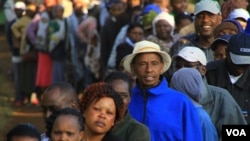"People reported standing in line for several hours before casting their vote in Kenya's general elections in Gatundu, Kenya, March 4, 2013."" (J. Craigs/VOA)"