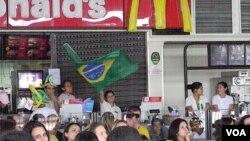 Los motivos para celebrar no fueron muchos, así que cuando el árbitro mostró la amarilla al portugués Coentrao, los fanáticos sacudieron banderas e hicieron sonar las bocinas.