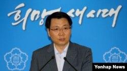 김형석 통일부 대변인이 8일 정부서울청사에서 정례브리핑을 통해 개성공단의 재가동 여부는 오는 10일 열리는 후속회담의 결과에 달려있다고 발언하고 있다.