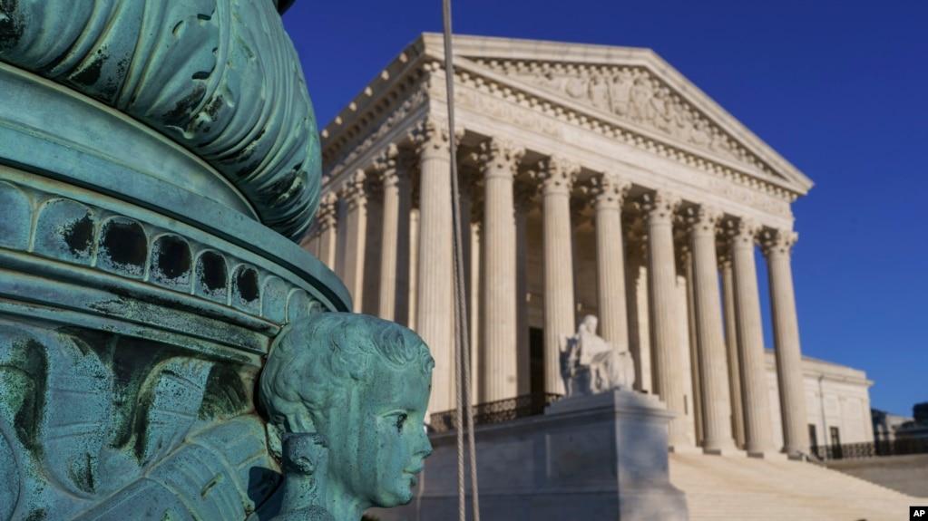 SHBA: Gjykata e Lartë sinjalizon mbështetjen për urdhrin e Trumpit për ndalimin e udhëtimeve