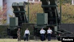 Lực lượng tự vệ Nhật Bản đi bộ ngang tên lửa phòng không Patriot PAC-3 tên lửa tại Bộ Quốc phòng ở Tokyo.