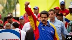 Presiden Venezuela Nicolas Maduro menyambut para pendukungnya dalam pawai kendaraan bermotor di Caracas, Venezuela (24/2).